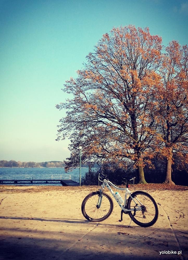 Jesień na rowerze. Plaża w Uściu nad Jesiorem Orchowym.