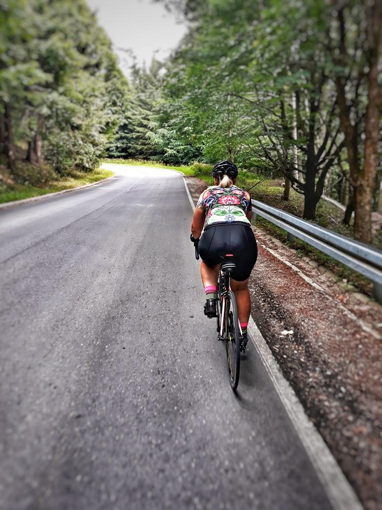 Kobieta na rowerze szowym