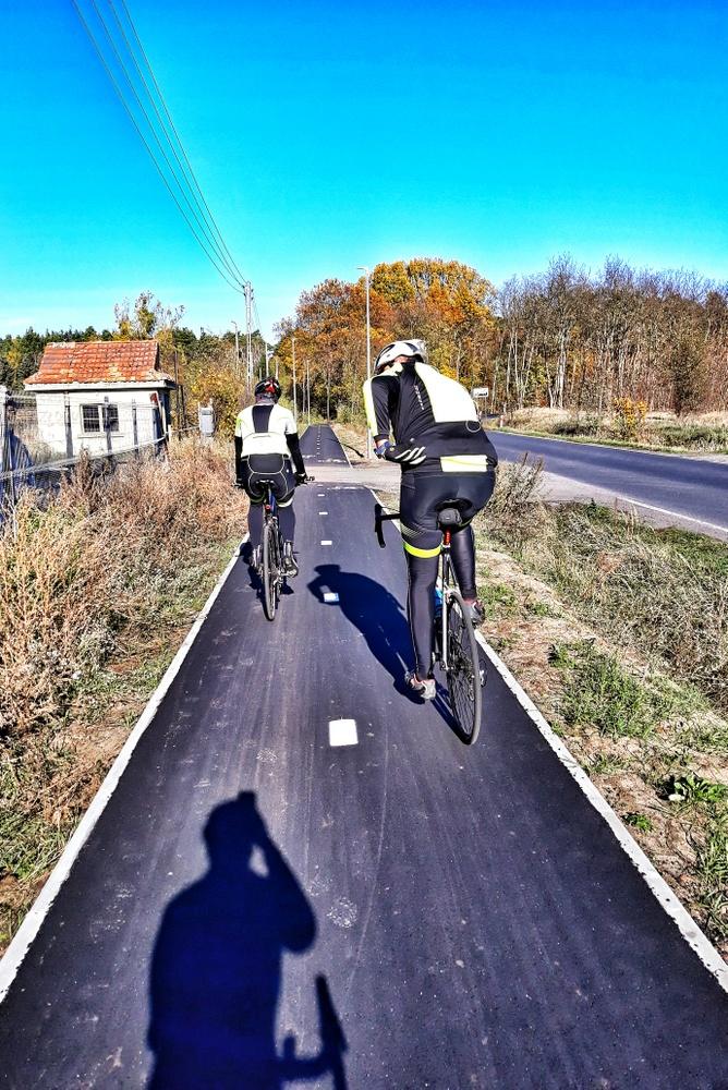 rowerzyści na ścieżce rowerowej